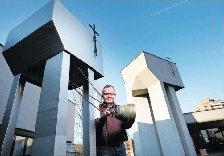 Martin Brun von der Pfarrei in der Herti mit dem Fasnachtswagen, der vom Kirchenturm inspiriert wurde. (Bild Stefan Kaiser)