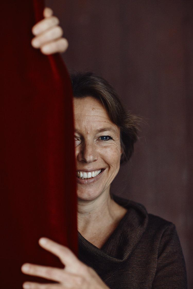 Katrin Kolo zieht den Vorhang. Bild: Philippe Hubler