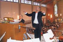 Im Element, wenn er dirigieren und musizieren kann: Peter Fröhlich, hier neben seinem Bruder Norbert (an der Orgel). Bild Peter Rickenbacher
