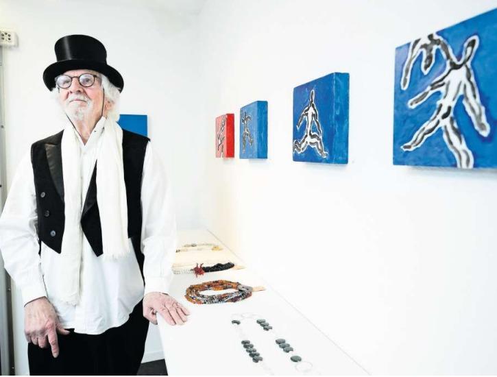Die Werke von Sepp von Rotz (77) versprühen den feinen Schalk, den der Menzinger Künstler in sich trägt. (Bild Stefan Kaiser)