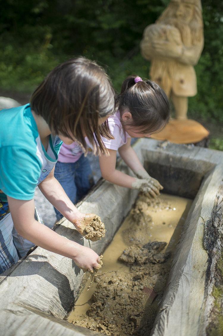 Kinder mit Lehm-Matsch im Ziegelei-Museum in Cham. Kulturvermittlung braucht Vollkontakt. (BIld: Ziegelei-Museum)