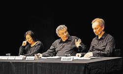 Charles Lewinsky (Mitte) las aus «Schweizen» vor. Flankiert wurde er von Judith Stadlin und Michael van Orsouw. Bild Matthias Stadler