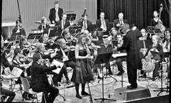 Die Wangner Solistin Mirjam Wyler mit Klarinett mit dem von Urs Bamert dirigierten Sinfonieorchester Ausserschwyz. Bild Paul Diethelm