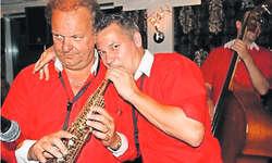 Philipp Mettler (rechts) und Carlo Brunner spielen auf dem gleichen Saxofon. Bild Kurt Zurfluh