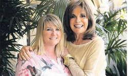 Waren sich auf Anhieb sympathisch: die Verlegerin Sabine Giger (l.) aus Altendorf und die Autorin Linda Gray alias Sue Ellen aus «Dallas». Bild Davide Caenaro