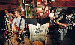 Die John-Doe-Band actionreich auf der Bühne, auch neben der Bühne ist nonstop Action angesagt. Bild Andy Micheletto