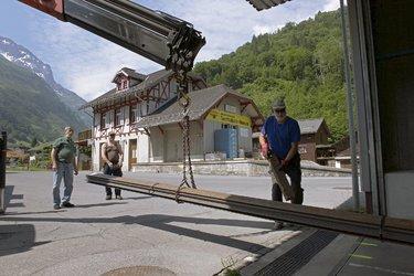 Anlieferung der Schienen für das SeTB-Depot in Elm. Im Hintergrund Stationsgebäude Elm mit angebautem Güterschuppen.© Comet Photoshopping, Dieter Enz