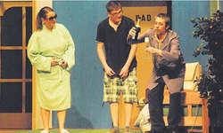 Prost! Fredy (ganz rechts) lässt die Korken knallen. Gery und Helen schauen zu. Bild Franz Kälin