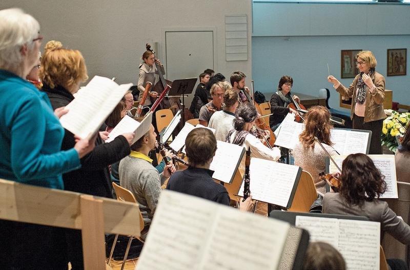 Die Sängerinnen und Sänger proben für das Jubiläumskonzert. (Bild Maria Schmid)