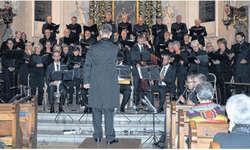 Experiment gelungen: Das anspruchsvolle Konzert verlangte von den Musikerinnen und Musikern einiges ab.  Bild Josef Blattmann