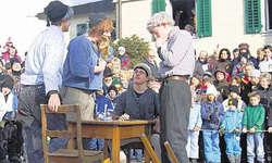 Stücklimacher- Nachwuchs gesichert: Sechs lustige «Stückli» wurden auf dem Illgauer Dorfplatz aufgeführt. Im Bild die jüngsten Stücklimacher. Bild Guido Bürgler
