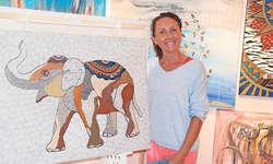 Liuba Bachmann inmitten ihrer bunten Bilderwelt in der Galerie am Tanzplatz. Bild Silvia Camenzind