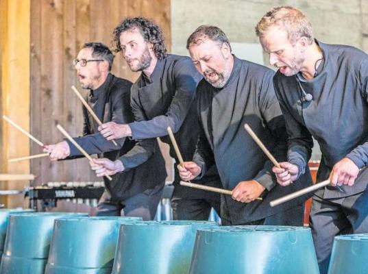 Die Spiellust und Kreativität der vier Musiker vom Elbtonal Percussion geht so weit, dass sie selbst auf Plastikkübeln den richtigen Ton finden. (Bild Patrick Hürlimann)