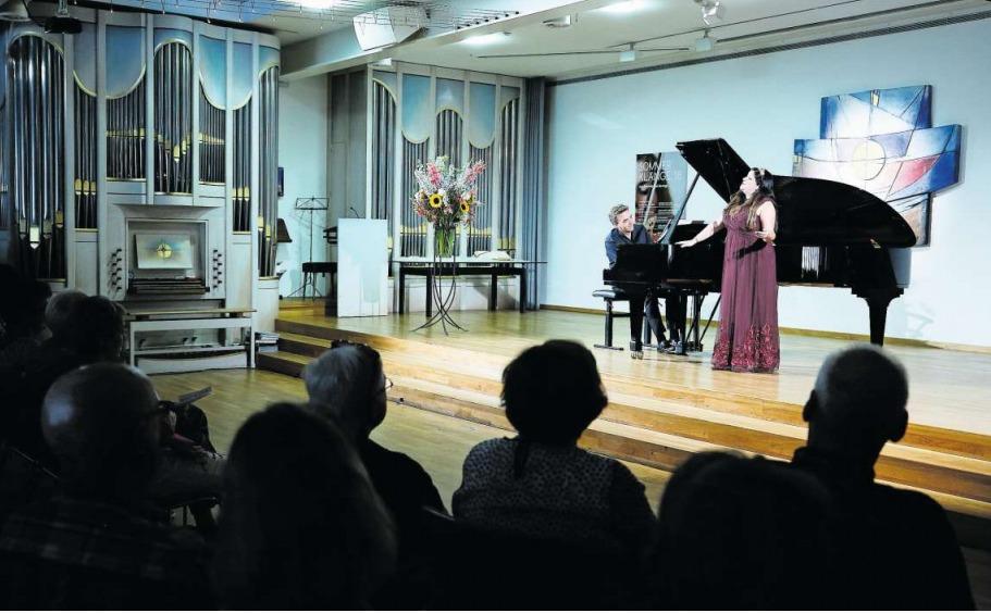 Sopran Andrea Brown und Pianist Benjamin Engeli in der Kapelle des Zentrums Ländli. (Bild Stefan Kaiser)