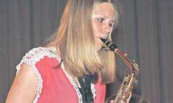 Mit ihrem Altsaxophon gab Natalie Schönbächler ein heftig beklatschtes Abschiedssolo. Bilder Lilo Etter