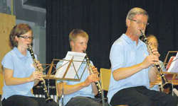 Die Harmoniemusik Schübelbach-Buttikon machte den Auftakt im Dreierkonzert.