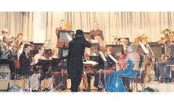 Die Musikgesellschaft Oberiberg passte sich dem Programm an und präsentierte sich im zweiten Teil des Konzertes stilecht im «Oscar»-Outfit. Bild Martin Reichmuth