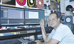 Hat «Samplefieber» produziert: Der Bennauer Alex van Boeghem in seinem Tonstudio. Bild Kilian Küttel