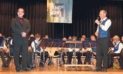 Der Abschied: Präsident Richy Schuler, rechts, dankte dem scheidenden Dirigenten Erich Zwyer für die schöne Zusammenarbeit während knapp vier Jahren. Bild Christoph Jud