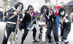 Hardrocker auf Besuch: Kiss, kostümiert, um die Gersauer Fasnacht zu lieben. Bilder Silvia Camenzind
