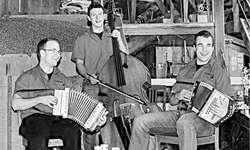 Keiner kennt Musiknoten: Die Etzel-Buebä Marcel Koller, Philipp Müller und Roman Ulrich (v. l.) spielen seit eineinhalb Jahren gemeinsam auf. Bild Bianca Anderegg