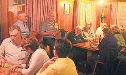Die Stöpselbass-Spieler und Freunde trafen sich am Dienstag zum 20. Mal im Restaurant Waage. Hier auf dem Gigebank Mitinitiant Albert Marty (rechts) aus Arth und Res Ulrich aus Rickenbach