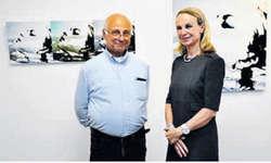 Die Künstlern Britta Dietsche mit dem Galeristen Georg Igloi vor einem ihrer Bilder. Bild Verena Blattmann