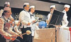 Die Musiker der Harmoniemusik Schübelbach-Buttikon zeigten, dass man viele Küchenutensilien nicht nur zum Kochen, sondern auch zum Musikmachen gebrauchen kann. Bild Kurt Kassel