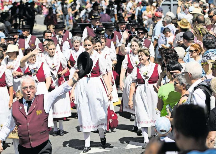 Der Festumzug dürfte, falls das eidgenössische Jodlerfest 2023 in Zug stattfindet, ein Höhepunkt werden wie im Bild in Brig im vergangenen Jahr. (Bild Laurent Gillieron/Keystone)