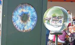 In den Pupillen steht die Welt kopf: Werk von Veronesi Höpflinger. Bilder Silvia Camenzind