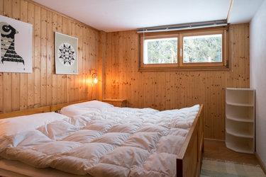 Schlafzimmer im Untergeschoss mit zwei Betten