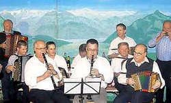 75 Jahre Toni Bürgler: Bei einigen Tänzli im Schlussteil des Konzertes wirkte auch der Jubilar mit seinem Schwyzerörgeli mit. (Bild: Guido Bürgler)