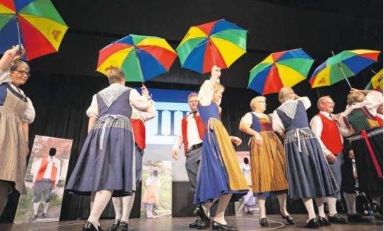 Auch bunte Regenschirme waren zu sehen. (Bild Jan Pegoraro)