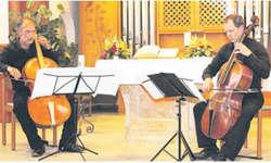 Martin Bernstiel (l.) und Kaspar Singer brachten den Besuchern den Klang von historischen und modernen Violoncelli näher. Bild Janine Jakob