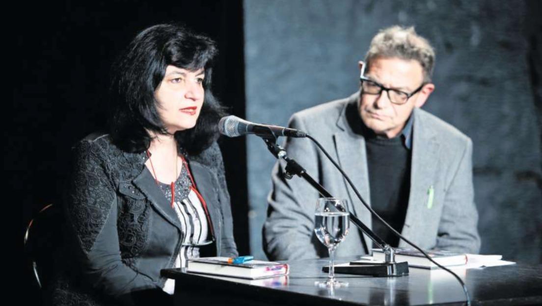 Evelina Jecker las aus ihrem Roman. Moderiert wurde der Anlass von Adrian Hürlimann. (Bild Stefan Kaiser)