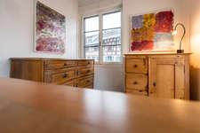 Die antiken Möbel bei Rösli Antiquitäten schaffen eine schöne Atmosphäre für die Kunstwerke.