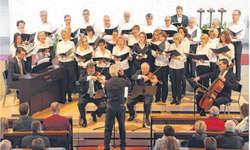 Der Kirchenchor Nuolen mit Ad-hoc-Orchester lockte zur sonntäglichen Advents-Matinée viele Zuschauer an und überzeugte mit seinen musikalischen Fähigkeiten. Bild Paul Diethelm