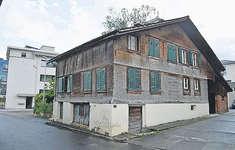 Das Haus Räbenstrasse 12 wurde erforscht. Die dendrochronologische Untersuchung zeigt, dass das Haus im Jahr 1269 erbaut worden war. Dies gab Denkmalpfleger Thomas Brunner an einem Dorfrundgang bekannt. Es ist aktuell das älteste Haus im Dorf. Bild: Silvia Camenzind