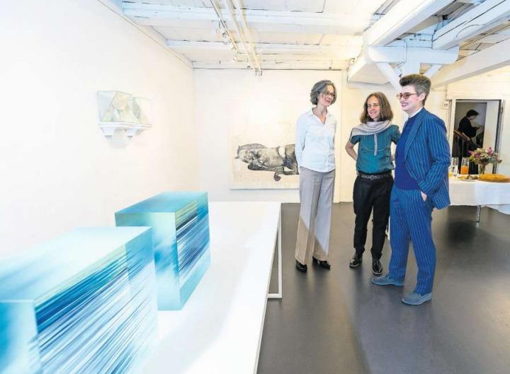 Die drei Künstlerinnen (von links): Myrtha Steiner, Christina Oldani und Daniela Schönbächler. (Bild Roger Zbinden)