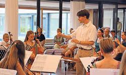 Dirigent Florian Mall präsentierte mit den 18 Jugendlichen ein spannendes Konzert für Eltern und Angehörige. Bild Ruth Auf der Maur