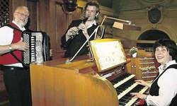 Sorgten für ein besonderes Klangerlebnis: Willi Valotti (Akkordeon), Dani Häusler (Klarinette) und Maryna Burch (Orgel) in der Pfarrkirche Arth. Bild Christian Ballat