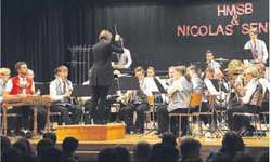 Alles im Lot: ein kurzer Blick zur Dirigentin von Nicolas Senn am Hackbrett.  Bild Paul A. Good