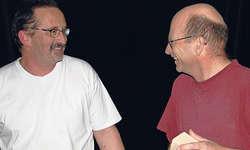 Hilft den Bühnelern beim Einstieg in den neuen Verenasaal: Abwart Walter Huser (links) im Gespräch mit Bühnentechniker Beat Steiner.