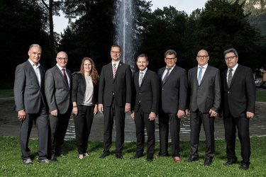 Gemeinderat Glarus per 1. Juli 2019, von links nach rechts: Hans Peter Spälti, Hansjörg Schneider, Andrea Trummer, Christian Marti (Präsident), Markus Schnyder, Roland Schubiger, René Schönfelder, Max Widmer (Gemeindeschreiber)