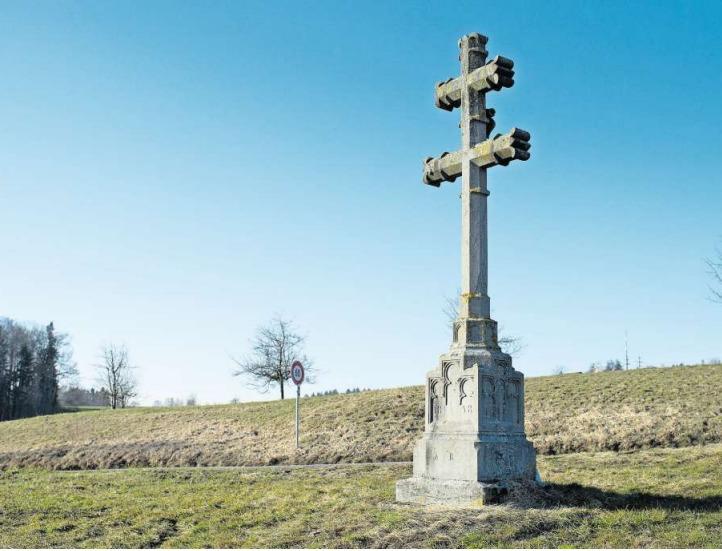 An der Strasse von Blickensdorf nach Steinhausen ist das stattliche Patriarchenkreuz nicht zu übersehen. (Bild Maria Schmid)