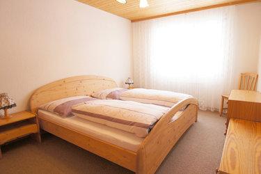 Das geräumige Schlafzimmer in der Ferienwohnung Kaiser