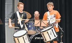 Die jungen Schlagzeuger Remo Imhof und Levin Schmidig (rechts) mit ihrem Musiklehrer und Vorbild Heinz Imhof wussten zu gefallen. Bild Guido Bürgler.