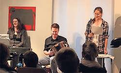 Simone und Aron Lötscher amüsieren sich mit der Autorin Martina Clavadetscher über deren Geschichten. Bild Sandra Büeler