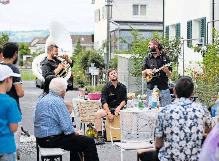 Martin Fuchs, Mathias Meienberg und Tom Ions an einem Quartierfest in Zug. (Bild Stefan Kaiser)