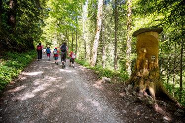 Den Skulpturen-Weg im Niederurnertäli, Glarus Nord, säumen 40 Holzfiguren des Künstlers Thomas Jud (Bild: Samuel Trümpy Photography).